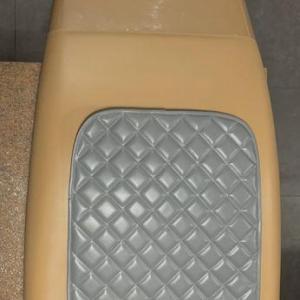fotel koloru szarego