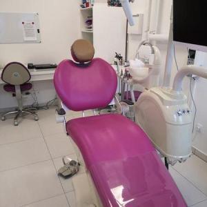fotel ciemno-różowy